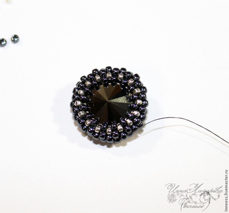 Мастер класс: Плетение круглых сережек из риволи, бисера и камней.