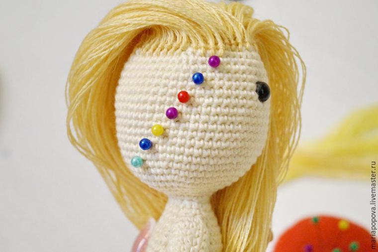 Как сделать волосы вязаной кукле - Шкаф и точка