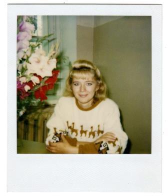 Голая блондинка лежит на розовой простыне на поясе с бусами фото 703-854