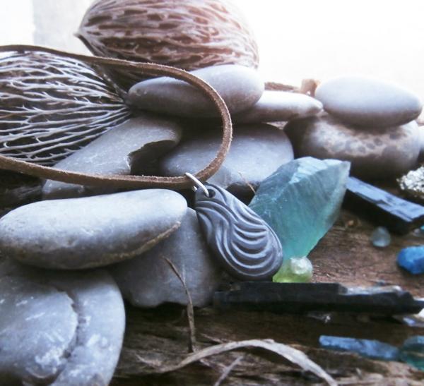 кулон из камня