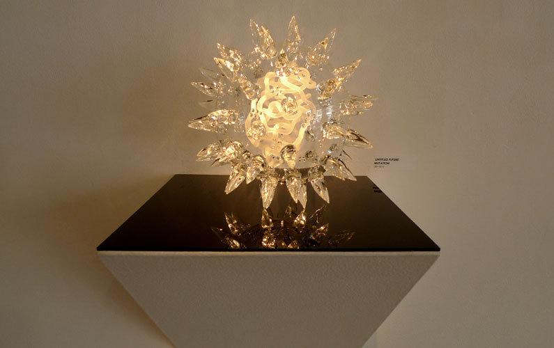 Модели на выставке, каждая с индивидуальной подсветкой