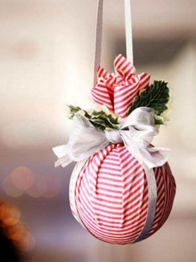 Другой вариант: к еловой веточке добавьте небольшую рождественскую...