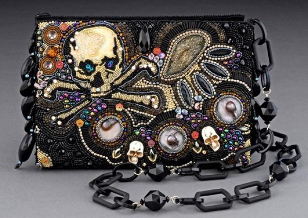 Основные приемы.  Современные рукодельницы вышивают бисером картины, сумочки, элементы украшений и предметы одежды.
