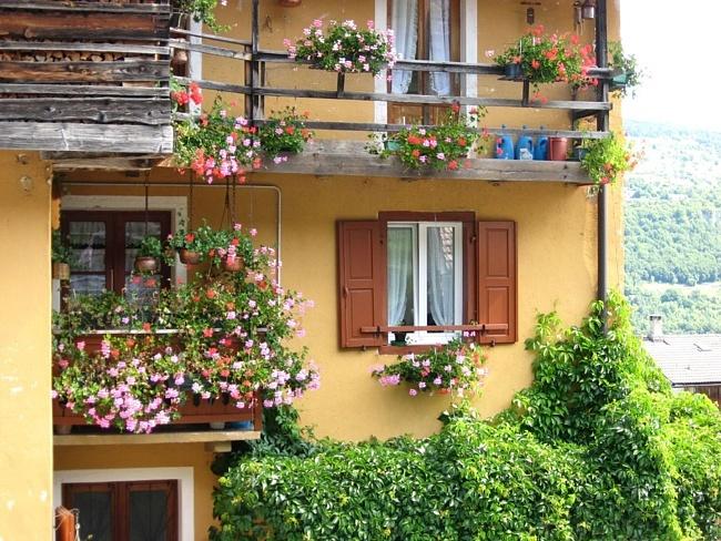 Необычные балконы в цветах