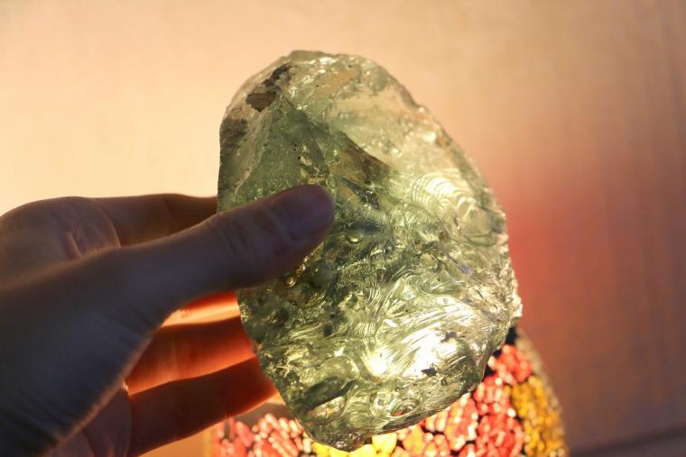 стеклянный камень