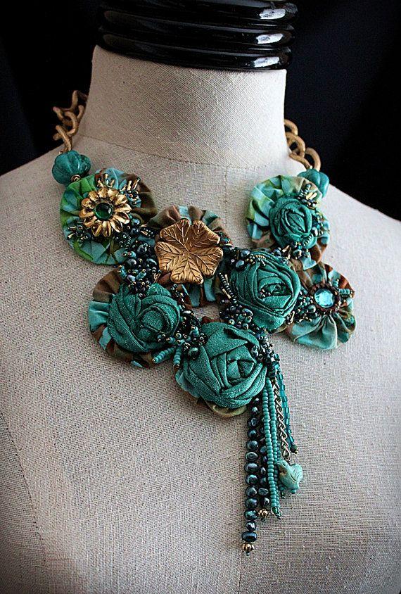 Текстильные украшения на шею