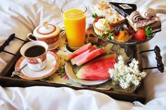 Завтрак с цветами в постель