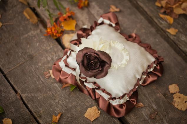 идеи для свадьбы, свадебная подушечка, цветы из ткани