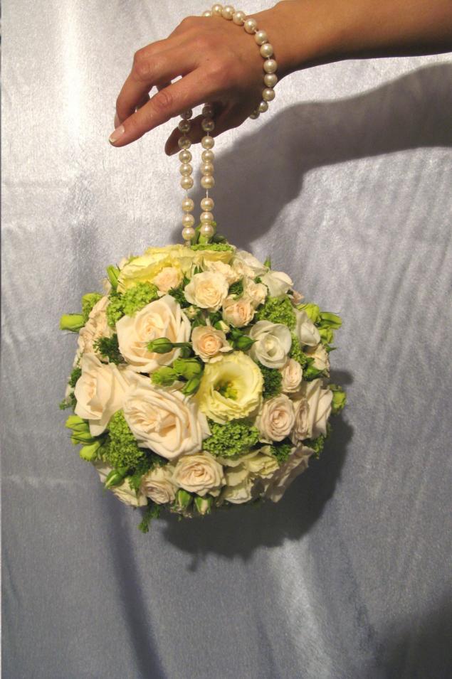 Цветов, букет в форме шара на ленте