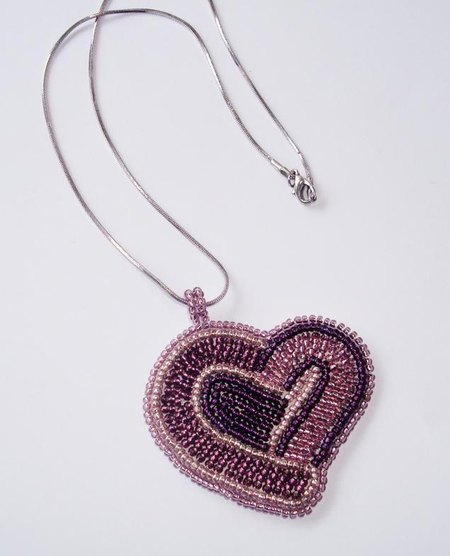 Нежное сердечко, вышитое бисером, подчеркнет вашу ранимость и чувственность.