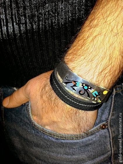 серебряный браслет, браслет с горячей эмалью, волк, этнический рисунок, горячая эмаль, серебро 925 пробы, мужской браслет, наскальная живопись, мистический волк, перегородчатая эмаль, браслет ручной работы, авторский браслет, украшение ручной работы, браслет с эмалью, драгоценная эмаль, модерн, скидка 30%, украшение на руку, подарок для мужчины