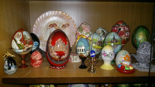 Есть яйца и деревянные, стеклянные, из бересты, даже бумажные и пряничные.  Страусиные,гусиные, куриные.