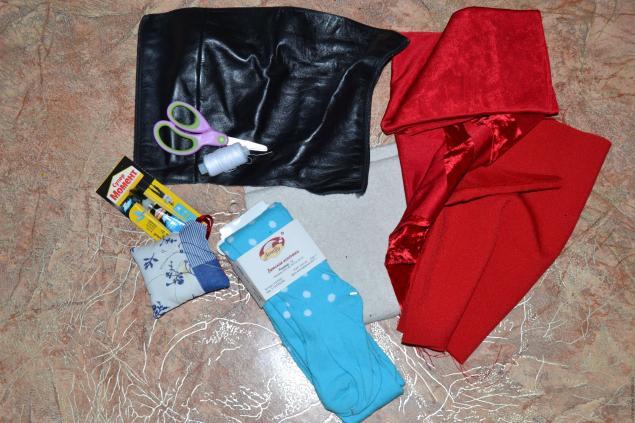 Вам понадобится : Колготки ( я взяла новые для фотосессии), ножницы, нитки, старая одежда( синтепон)...