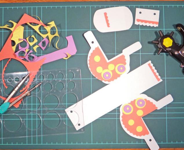 Из обрезков бумаги вырезаем