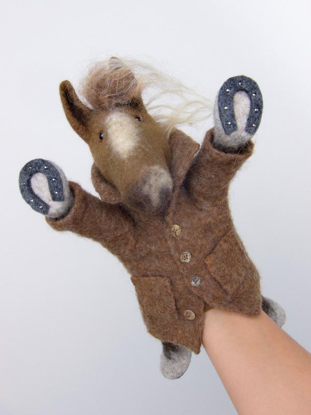 ярослава тройнич, игрушка-перчатка, синяя лошадь