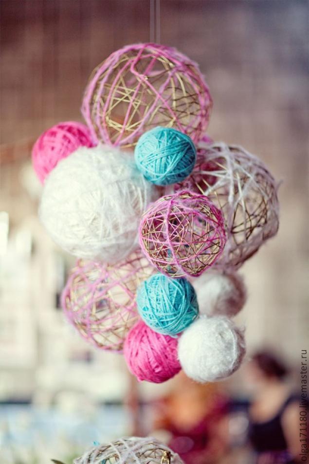 Для того, чтобы изготовить шарики из ниток Вам надо взять шерсть, воздушные шары, ножницы, клей ПВА и миску.