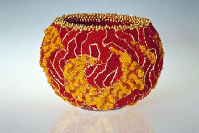 ...Дэвид Чатт соединяет тысячи крошечных цветных бисеринок и создаёт высокохудожественные безделушки в стиле...