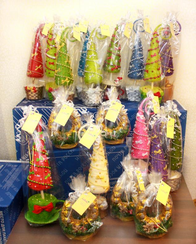новогодние подарки, подарки на новый год, корпоративные подарки, корпоративный подарок, подковы из конфет, ёлочки, ёлки, новогодние ёлки, забавные ёлки, ёлки из сизаля, посылки, новогодние сувениры, фото ёлок, zefirki, арт-мастерская zefirki, ника окунева, мастерская зефирки, свит-дизайнер, свит дизайнер