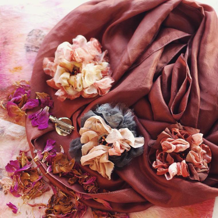 брошь-цветок, брошь ручной работы, экошарф, марена, брошь с цветком, брошь из ткани, шелковая флористика, пион, пионы, шелковые цветы, шелковый шарф, экомода, натуральный шелк, натуральное крашение, ручное крашение, экопринт