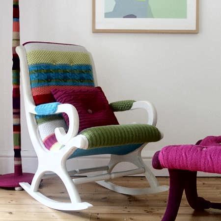 Яркое кресло-качалка с вязанной обивкой от Мелани Портер
