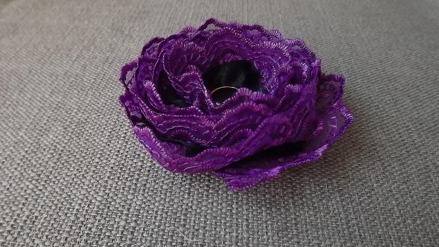 Цветок из кружева и ленты.
