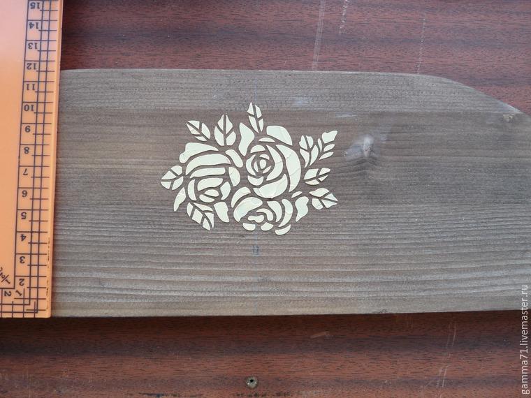 Декорируем деревянную полочку с помощью трафарета