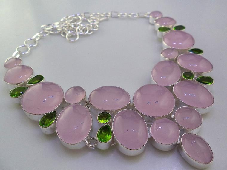 акуцион, колье с камнями, перидот, розовый, подарок женщине, подарок на новый год