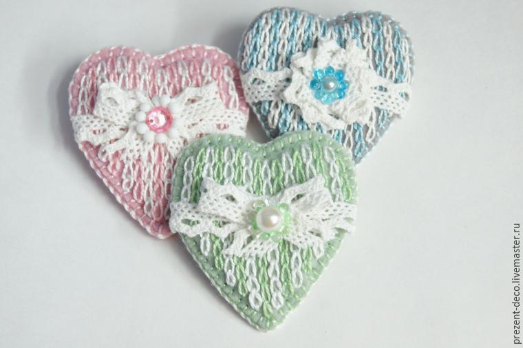 Сердечки - брошь с имитацией вязания вышивкой