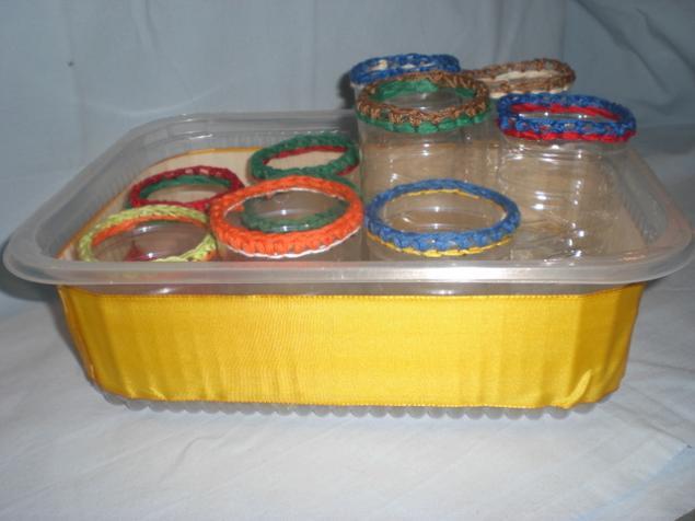 Если мы на наши контейнеры из пластиковых бутылок сделаем высокую обвязку, и проденем шнурок, то у нас получатся...