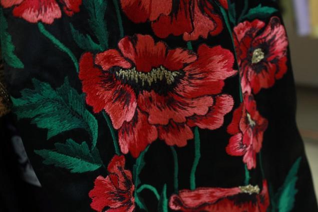 Маки вышивка на платье 342