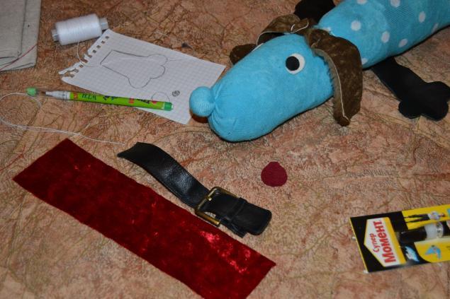 Из красной ткани вырезаем язычок и ошейник.  Можно воспользоваться также элементом сапога.