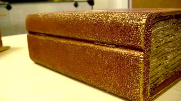 Старинная книга в коже, фото № 4