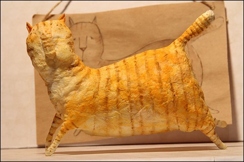Когда кот весь покрыт полосками, оставляем его хорошо просушиться. Рисовать глаза и рот будем по сухому коту.