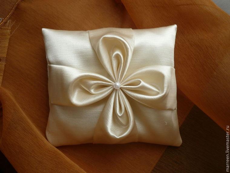 Подушка своими руками с атласными лентами 1