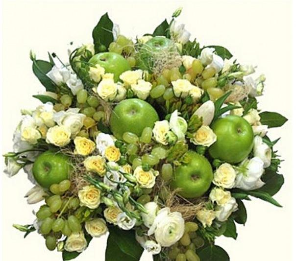 Фруктово цветочный букет