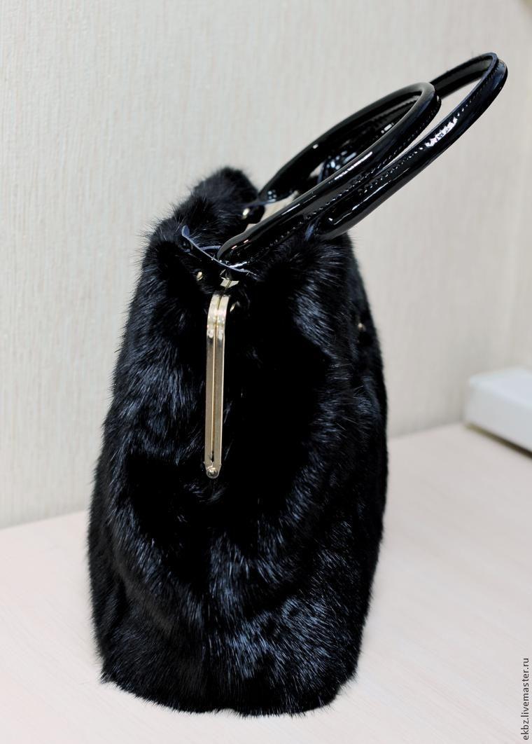 0dd3cf111cad ... изготавливаем длинную ручку, котрая будет пристёгиваться в случае  необходимости к кольцам. Но заказчик хочет ручки сумки сделать меховые.