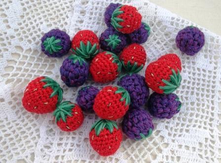 ягоды, вязаные бусины