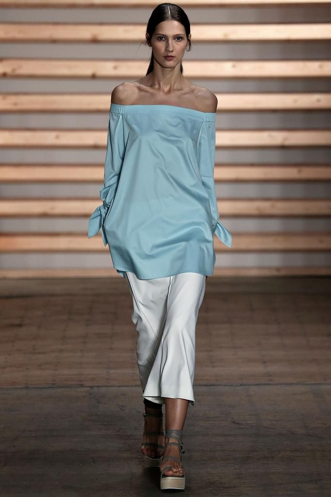 99b1534c6834eb3 Самый модный вариант напоминает платья придворных дам восемнадцатого века с  поправкой на три столетия: резко очерченная линия выреза, длинный рукав и  ...