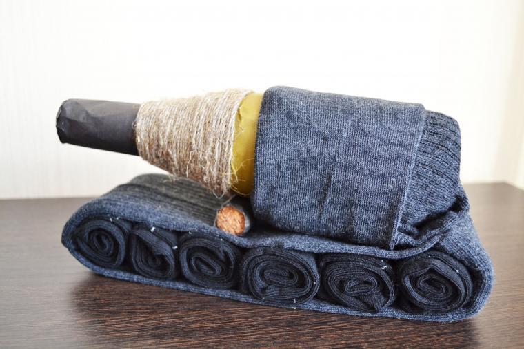 bbd814acbe219 Делаем оригинальный подарок мужу — танк из носков – мастер-класс для  начинающих и профессионалов