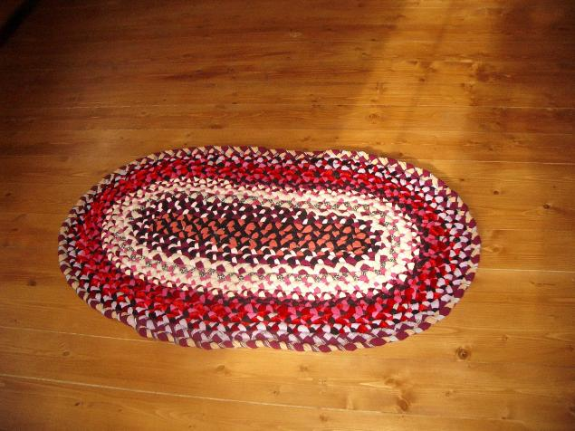Плетеный коврики из старых вещей