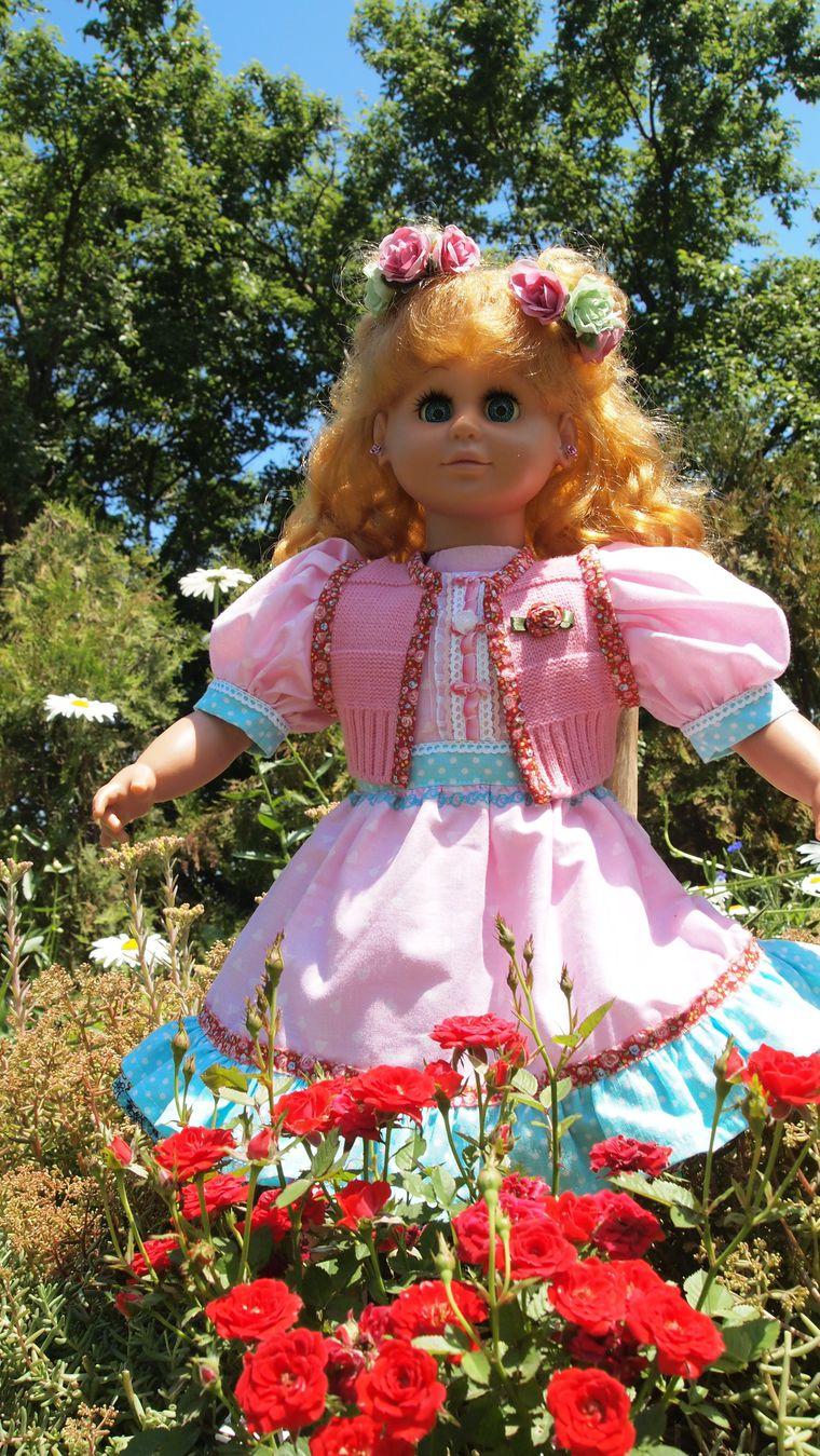 кукла с золотыми волосами, кукла в розовых тонах
