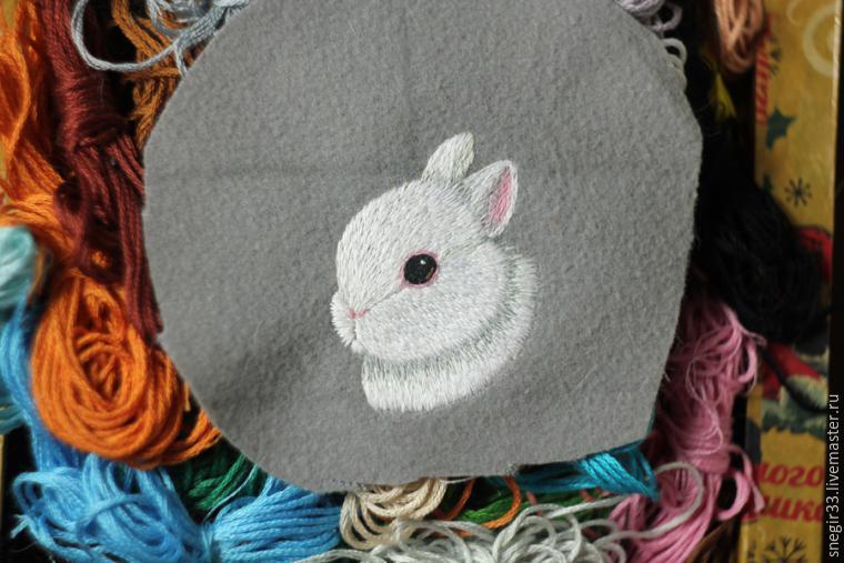 Вышивка гладью кролик брошь 37
