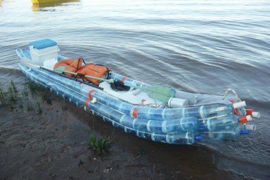 В Аргентине плавают на байдарке, сделанной из пла.