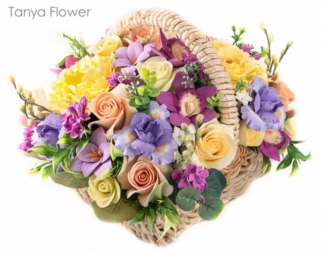 tanya flower, цветы, букет в плетеной корзине, фрезии, таня флауэр