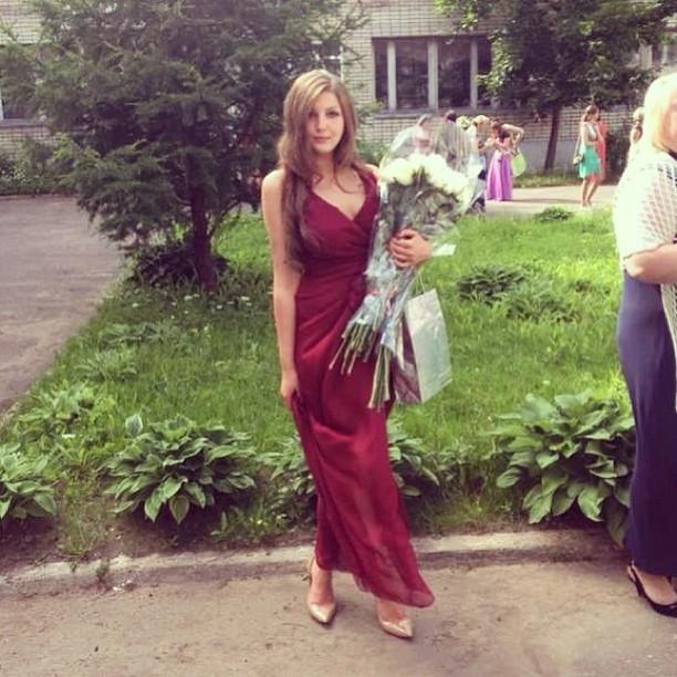 красное платье, платье с запахом, цветок любви, платье с разрезом