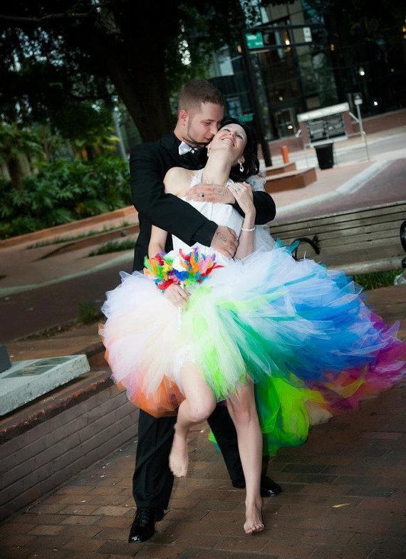 Цветное короткое свадебное платье
