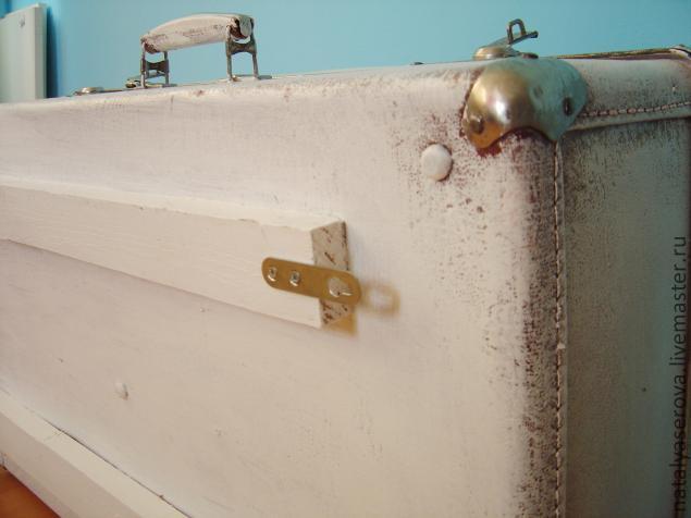 Крепим изнутри при помощи шурупов к задней стене чемодана насквозь в 3-х 4-х местах по всей длине планки для...