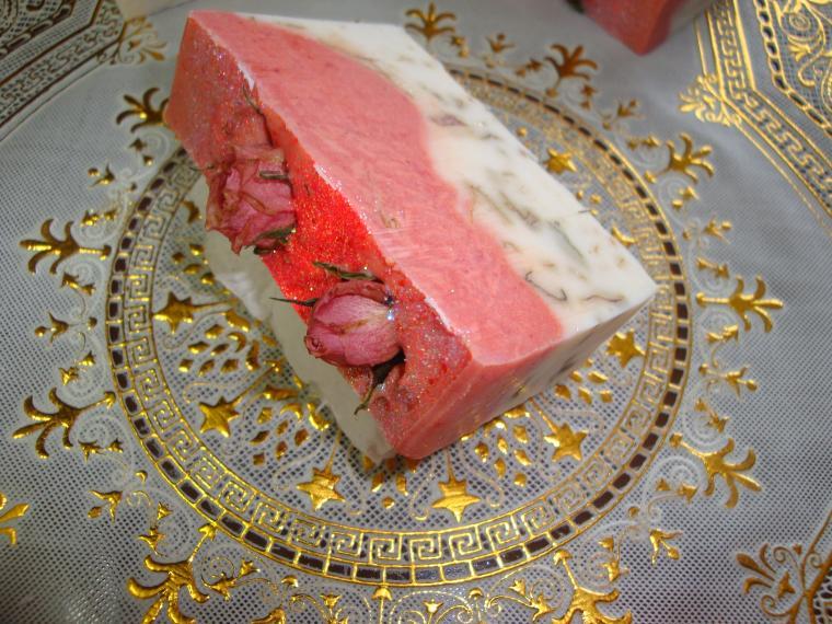 с лепестками розы, мыло с розой, признание мастера