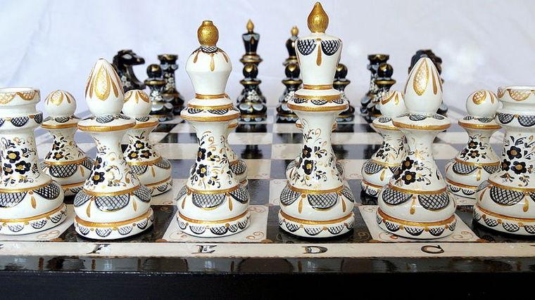 подарочные шахматы, шахматы декоративные, шахматная игра, красивые шахматы, расписные шахматы, ручная роспись, роспись по дереву, лакированные шахматы, настольные игры, подарок мужчине, подарок иностранцу, сувенирные шахматы, шахматное поле, шахматные фигуры