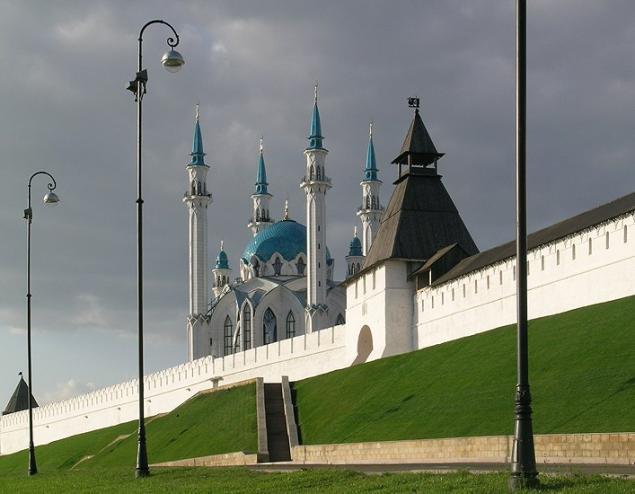 Сейчас уже трудно представить все величие мечети.  Над древним Казанским кремлем, как и пять веков назад...